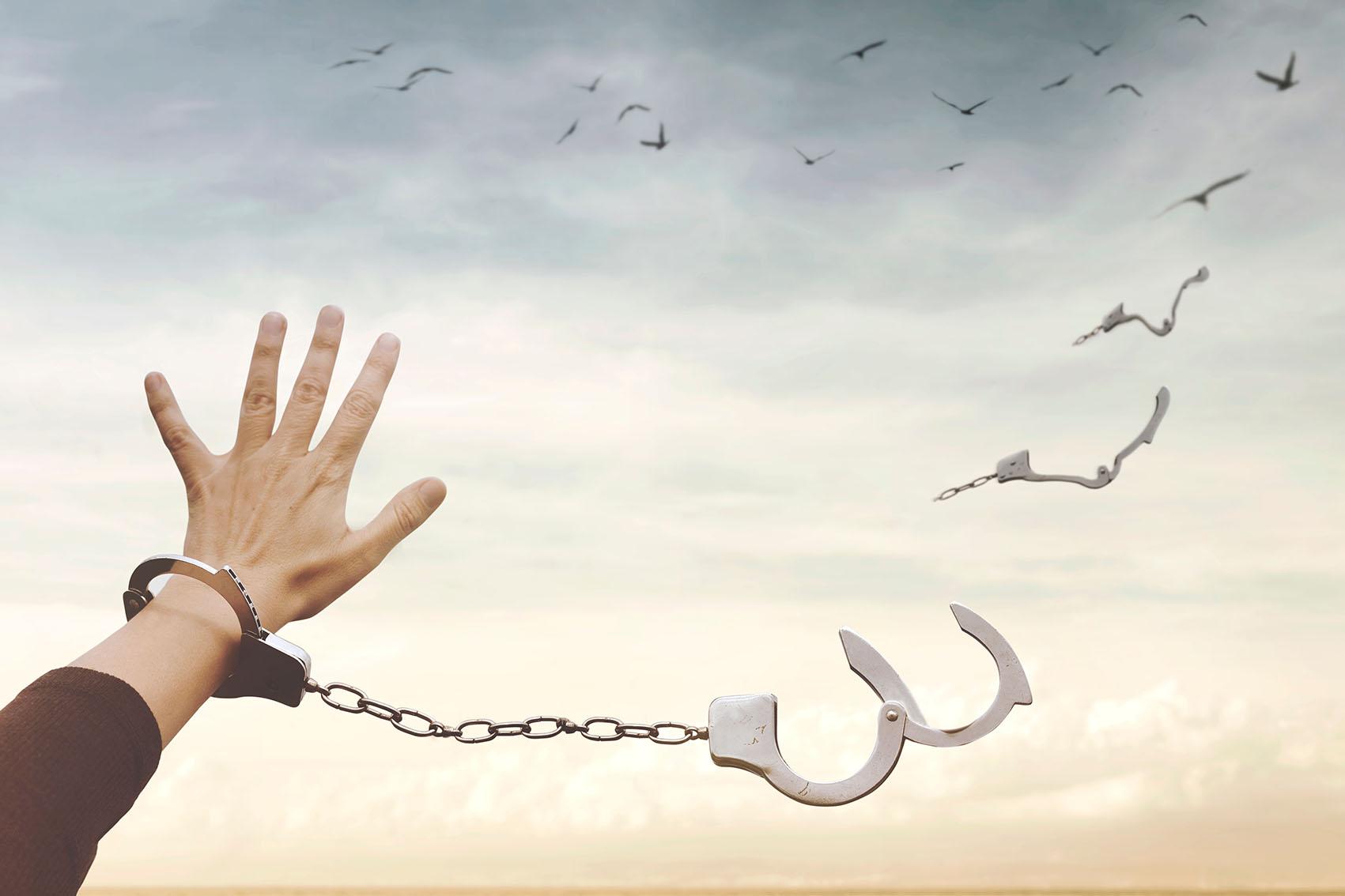 JAK JE LIDSTVO DLOUHODOBĚ OVLÁDÁNO A JAK SE Z TOHO VYMANIT?
